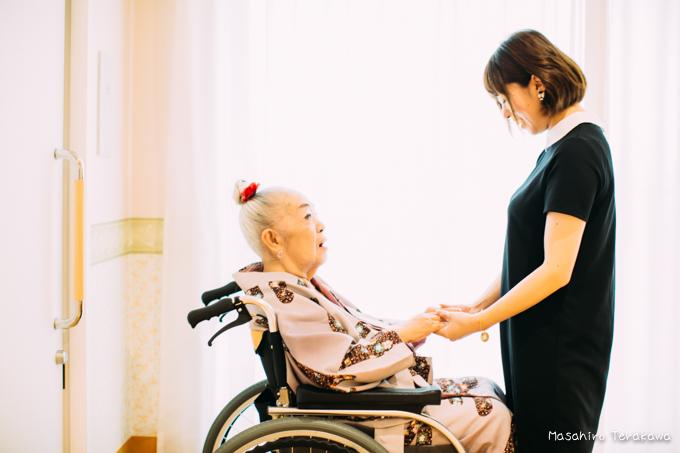 埼玉県のケアハウスでおばあちゃんと写真撮影